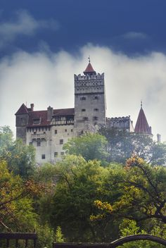 I adore this! Bran Castle, in Romania. Also known as Dracula Castle Beautiful Castles, Beautiful Buildings, Beautiful Places, Amazing Places, Castle Ruins, Medieval Castle, Draculas Castle Romania, Bulgaria, Travel Around The World