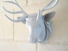 Faux trophée tête de cerf des années 50 en plastique relookée