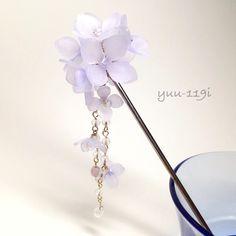 紫陽花(あじさい)の簪になりますお色は青紫の薄いグラデーションのお花に、中央に一つ一つ水晶(天然石)をあしらいました。チャームは取り外し可能となります。上のお花よりもワンサイズ小さい花を散りばめ、水晶やフロスト加工されたチェコビーズや花と相性の良いラベンダーオパールのチェコビーズ、雫を垂らしました。浴衣や着物にも。全長 約15cmかんざしの長さ 12.5cm紫陽花の花 約2.8cmチャーム 約7.5cmチャームの花 1.8cm水晶 4mmフロストチェコビーズ 4mmラベンダーオパールチェコビーズ 6mm雫 9mm素材はプラバンです『涼しいハンドメイド2016』『夏休みハンドメイド2016』こちらの商品は着色後にニス止めしております。とても繊細な商品ですので気をつけてお取り扱いください箱に入れての発送となります。一つ一つ丁寧に作っておりますがハンドメイドの為若干の色の濃さ、形が違います神経質な方はご遠慮ください