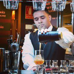 Javier Payano, en su etapa como bartender en La Cevicuchería (Madrid), muy concentrado vertiendo el cóctel en la copa. Salió buenísimo. #CopasConEstilo #Coctelería #Madrid