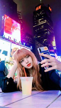 Lisa has taken a beautiful picture at new york 🗽 Kim Jennie, Kpop Girl Groups, Korean Girl Groups, Kpop Girls, Chica Cool, Blackpink Members, Lisa Blackpink Wallpaper, Lisa Bp, Black Pink Kpop