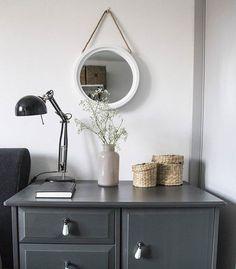 Quarto minimalista sofisticado decorado com móveis cor de escura e decoração com pequenas flores brancas   Minimalist bedroom: White walls and dark furniture