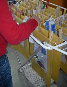 Laboratorio della carta riciclata. I Fogli realizzati sono messi ad asciugare.