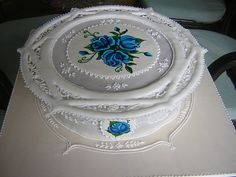 torta con rose blu 5 run out collar - royal icing by Claudja2010, via Flickr