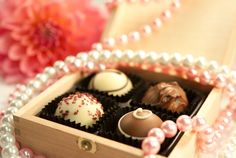 A cute box with pralines for your wedding guests // Süße Pralinenschachtel mit 4 Pralinen für Ihre Hochzeitsgäste