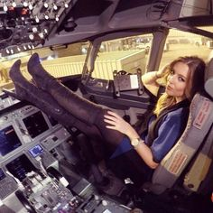United Airlines Stewardess Hayley Thornton - WOW - Women in Uniform Pantyhosed Legs, Flight Attendant Life, Female Pilot, United Airlines, Sexy Boots, Girl Body, Black Tights, Thigh High Boots, Belle Photo
