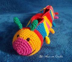 Estojo de crochê em formato de centopéia colorida.  Tamanho: 5 cm de altura, 8 cm de largura e 24 cm de comprimento. R$ 33,60