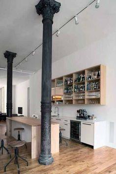Железная колонна в классическом стиле - центровой элемент квартиры в стиле лофт.