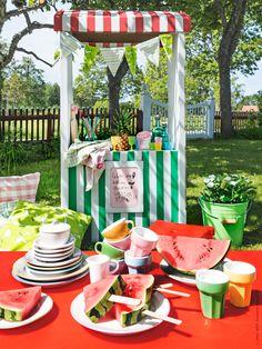Välkommen alla sommarlovslediga kompisar på trädgårdskalas! Kalaskiosken SKYLTA marknadsstånd för barn, DUKTIG tallrikar och skålar, DUKTIG kaffe-/teset, DUKTIG glas. Frida Eklund Edman, Fridasfina för IKEA Livet Hemma