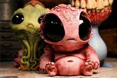 Meus grandes olhos negros, meu sorriso estranho, minha pancinha de pequeno boneco alien de borracha!