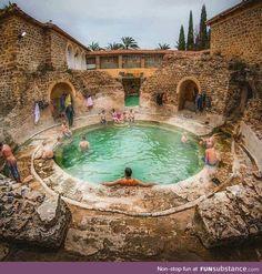 Hammam Essalhine Khenchela, Algeria Roman baths un bain romain qui existe depuis 2000 ans. Roman Architecture, Ancient Architecture, Historical Architecture, Roman Bath House, Roman Bathroom, Empire Romain, Roman History, Ancient Rome, Ancient Roman Houses