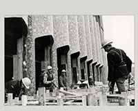 Façade du pavillon de l'Iran en construction à l'Expo 67
