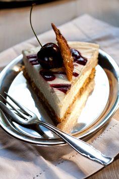 Zimtkeks und Apfeltarte: I proudly present: Denise von Foodlovin' mit ihrem No-Bake Cherry Cheesecake mit Mandelflorentinern No Bake Cherry Cheesecake, Cheesecakes, Almond, Baking, Desserts, Recipes, Food, Cinnamon Cookies, Cherries