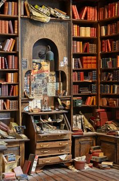 Miniature Library in scale Vitrine Miniature, Miniature Rooms, Miniature Crafts, Miniature Houses, Miniature Furniture, Haunted Dollhouse, Dollhouse Miniatures, Tiny World, Book Nooks