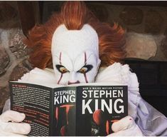 Pennywise refreshing his memory for IT Chapter 2 Clown Horror Movie, Funny Horror, Horror Films, Steven King, Pennywise The Dancing Clown, Pet Sematary, The Dark Tower, Danse Macabre, Scorpio Moon