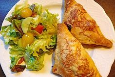 Pizzas made of puff pastry - Rezepte - Pizza Snacks, Party Snacks, Quiches, Puff Pastry Pizza, Fiber Rich Fruits, Vegetarian Recipes, Snack Recipes, Healthy Body Weight, Raw Vegetables