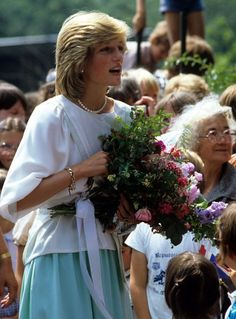22 March 1983: Charles & Diana toured Karguru School, Tennant Creek, Australia.  Loose cotton mint-green skirt, hip-length pure white blouse worn tunic-style w/ pin-tucked panels framing the bodice.
