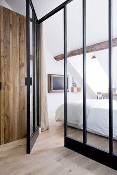 #bedroom #glasswindow #window #verriere Un sublime travail du bois et de la lumière. Une mise en scène de la télévision inspirante.  Appartement Saint Paul  By Margaux Beja  ©Julien Fernandez