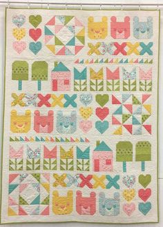 Fall Quilt Market 2017 – Part 2 « modafabrics Home Sweet Home by Stacy Iest Hsu. This adorable quilt is The Three Bears – and it's available as a kit. If you haven't guessed already, the theme of Home Sweet Home is Goldilocks and the Three Bears Goldilocks And The Three Bears, Thing 1, Cute Quilts, Fall Quilts, Row By Row, Sampler Quilts, Quilt Border, Primitive Gatherings, Quilting Tips