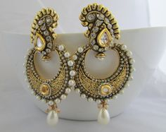 This pair of jhumkas makes me buy a dress worth it! Ethnic Jewelry, Indian Jewelry, Indian Bangles, Indian Accessories, Bridal Accessories, Pearl Chandelier, Pakistani Jewelry, Indian Earrings, Royal Jewels
