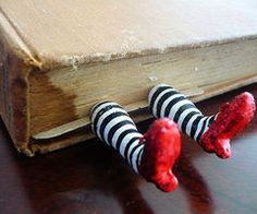 I want this book mark!! Oh, please. Oh, please!!