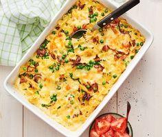 En lättlagad, krämig pastagratäng med farfalle, rökig bacon, gröna ärtor och cheddarost. Låt allt gräddas i ugnen med en äggstanning tills osten blivit gyllengul och smält till perfektion. Servera pastagratängen med röda tomater och ät er mätta.