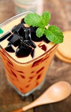 Grass Jelly in Thai Tea (Chao Kuai Chayen) Jelly Desserts, Asian Desserts, Sweet Desserts, Dessert Recipes, Thai Cooking, Cooking Recipes, Grass Jelly Drink, Thai Tea, Thai Dessert