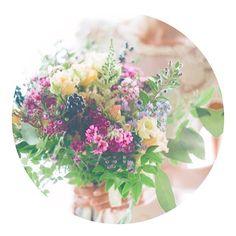 摘んできました風のブーケ(勝手に命名。笑)が好き🐿🌿 . #wedding#flower#flowers#bouquet#weddinghair#tokyo#japan#bridesmaids#rose#party#ブートニア#ブーケ#リストブーケ#パーティー#結婚式#結婚#ウェディング#薔薇#髪型#代官山#中目黒#恵比寿#銀座#プレ花嫁#二次会#結婚式準備#ゼクシィ#花嫁#ブライズメイド