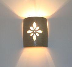 גוף תאורה צמוד קיר מקרמיקה - שמנת   ליאת - מעצבת ויוצרת בקרמיקה.   מרמלדה מרקט