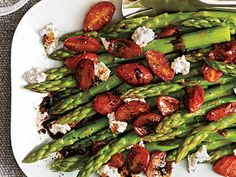 Tomato Recipes This Asparagus with Balsamic Tomatoes recipe is a quick and easy side dish for a warm spring or summer night. - This Asparagus with Balsamic Tomatoes recipe is a quick and easy side dish for a warm spring or summer night. Side Dish Recipes, Vegetable Recipes, Vegetarian Recipes, Cooking Recipes, Healthy Recipes, Chicken Recipes, Salad Recipes, Cooking Food, Mushroom Recipes