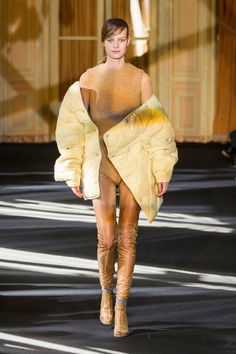http://www.livingly.com/runway/ACNE+STUDIOS/Paris+Fashion+Week+Fall+2016/KtXC7-b5JvG