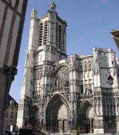 La cathédrale St-Pierre-et-St-Paul de Troyes n'est pas sans rappeler celle d'Auxerre. La reconstruction en style gothique est entamée par le choeur au début du 13°s. Le chantier connait toutefois plusieurs effondrements et péripéties diverses et si la nef est entamée dès la fin du 13°s, c'est seulement au début du 16°s que les travaux du portail occidental commencent. Comme à Auxerre, la tour S ne sera jamais édifiée. La cathédrale de Troyes reste malgré tout un bel ensemble du style…