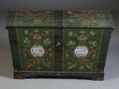 Liten rosemalt kiste med eierinitialer og dat.1882, L: 55 cm.