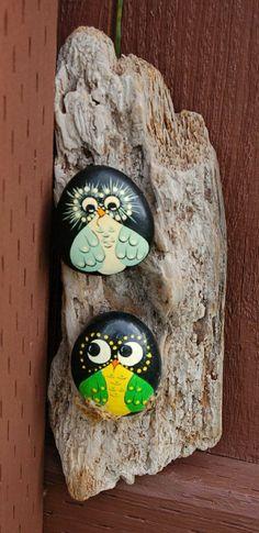 zwei dekorative Stein Eulen