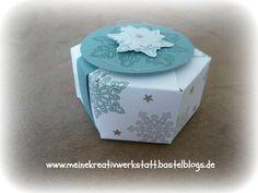 """Stefanie Steichele; Hexagon-Box mit dem Gift Bag Punch Board - step-by-ste-Anleitung: Ausgangsgröße: 10,5 cm x 25 cm, obere + untere Falzline bei 1 3/8"""" setzen (ca. 3,5 cm), dann alle 4cm falzen, es beliben 1cm übrig als Klebelasche. Am Falz anlegen + stanzen. Boden zusammenkleben. Deckel mit banderole verschließen."""