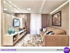 Repare como o espelho acima do painel de madeira amplia o ambiente. Uma ideia muito bacana para apartamentos pequenos.