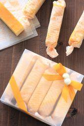 スティックチーズケーキ手を汚さずに食べることができるラッピングアイデア。ピクニックなどに持っていくおやつにぴったりです。まとめてボックスに入れれば、素敵なプレゼントにもなります。チーズの色に合わせて黄色でまとめました。