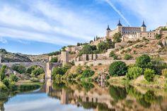 トレドのアルカサル(スペイン) 3世紀にローマ帝国の宮殿として建造。アルフォンソ6世とアルフォンソ10世 によって修復され、1535年に復元された。