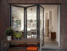 Een vouwdeur doet, ook in een kleine woning, ruimtelijke wonderen.