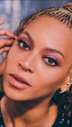 Beyoncés glitter of choice — lemonhead. Beyonce Knowles Carter, Beyonce And Jay Z, Beyonce Beyonce, Gillette Stadium, Coachella, Beyonce Makeup, Festival Makeup Glitter, Look 2018, Beyonce Style