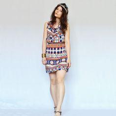 3650f8de5f94 modelka má oblečené krátke letné šaty s indiánskym vzorom