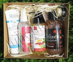 Lipcowy box z kosmetykami naturalnymi - Naturalnie z Pudełka: onik do twarzy - róża japońska i pandan ORIENTANA, Olejek do demakijażu twarzy i oczu NOVA KOSMETYKI, Jedwabny puder wykończeniowy - rozświetlający EARTHICITY, Energizujący żel do mycia z żurawiną i jabłkiem ZIELONE LABORATORIUM i Pasta do zębów bez fluoru LAVERA, próbka kremu do twarzy Orientana i próbka balsamu do ciała Zielone Laboratorium
