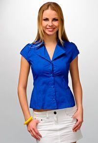 Blusa del patrón con mangas cortas y un cuello abierto.