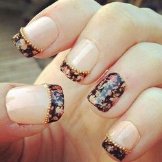 Nail Art rétro et fleuri. Cute, but I wouldn't have the line of pearls across the tips.