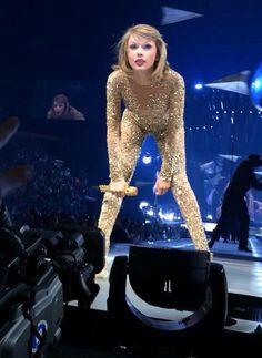 SEP, 26 - NASHVILLE, TENNESSEE #1989TourNashville Taylor Swift Sexy, Estilo Taylor Swift, Taylor Swift Concert, Taylor Swift Style, Red Taylor, Taylor Swift Pictures, Taylor Alison Swift, Metal Girl, Sexy Older Women
