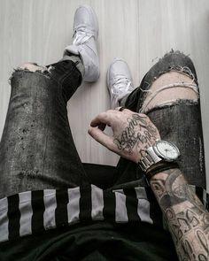 Look masculino com Camiseta Longline Preta da Right Here Company, Calça Jeans Skinny Destroyed em Tom de Cinza com detalhes em Lavagem, Barra da Calça dobrada, Tênis Branco da Riachuelo e Relógio com Pulseira de Aço. Moda Masculina, Roupa de Homem, Moda para Homens, Sneaker Branco, Coloral, Leonardo Leal, Macho Moda