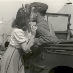 43 Lovely Photos That Capture Sweet Kisses From the Past ~ vintage everyday Vintage Kiss, Vintage Romance, Vintage Love, Old Pictures, Old Photos, Vintage Photographs, Vintage Photos, Old Fashioned Love, Military Love