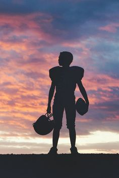 Have a Football Player at home? Create a silhouette photos to remember forever…. Have a Football Player at home? Create a silhouette photos to remember forever. Here are tips for Taking Beautiful Silhouette Photos Football Senior Pictures, Football Pictures, Sports Pictures, Senior Photos, Cheer Pictures, Softball Pics, Volleyball Pictures, Football Cheer, Football Boys