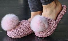 Crochet T-Shirt Yarn House Slippers Shoes Free Pattern Crochet Shoes, Crochet Slippers, Crochet Yarn, Free Crochet, Flower Crochet, Tshirt Garn, Crochet Princess, Braided Scarf, Crochet Santa