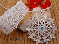 karkötők - Györgyi - Picasa Web Albums This reminds me of the German snowflake molds we had growing up; love the bracelet Beading Projects, Beading Tutorials, Jewelry Patterns, Beading Patterns, Snowflake Jewelry, Beaded Jewelry, Beaded Bracelets, O Beads, Beadwork Designs